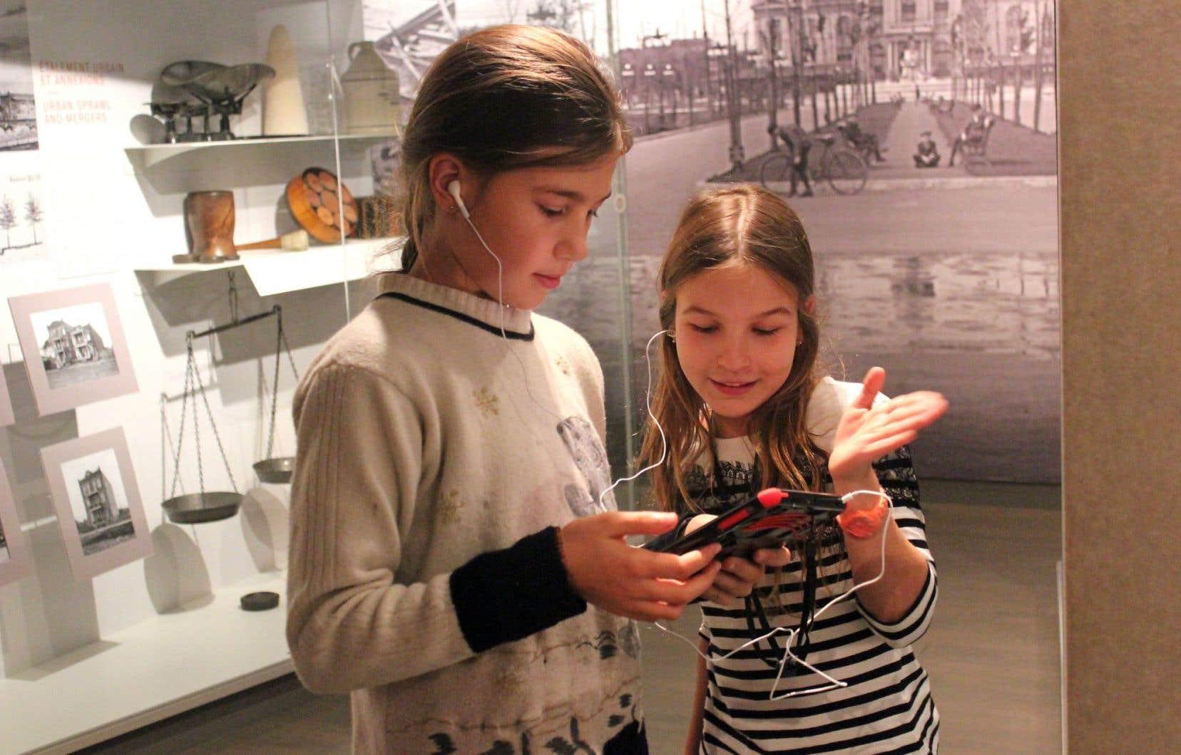 Munis d'iPad, les jeunes de 10 à 16 ans pourront découvrir l'exposition permanente «Montréal. Points de vue» de manière originale et novatrice, en se laissant guider par un jeu de piste.