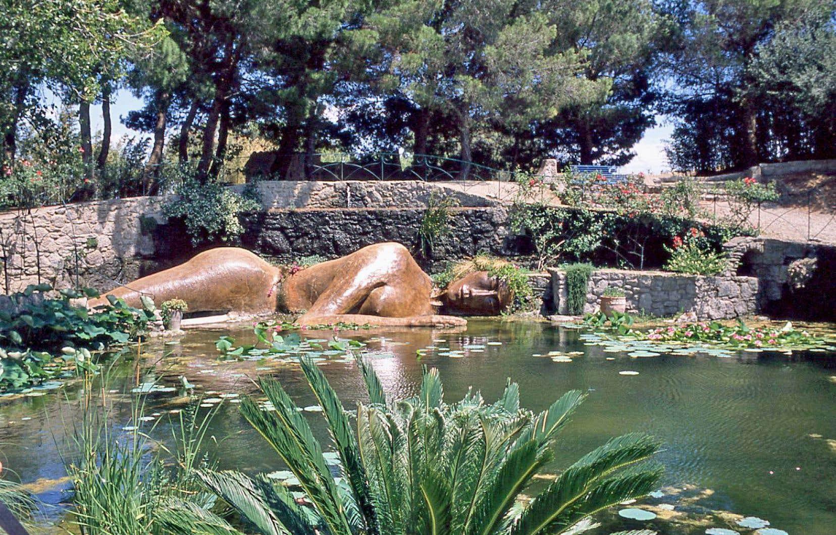 La fontaine de Philia, une sculpture représentant une jeune fille endormie au bord d'un bassin où flottent des lotus géants.<br />