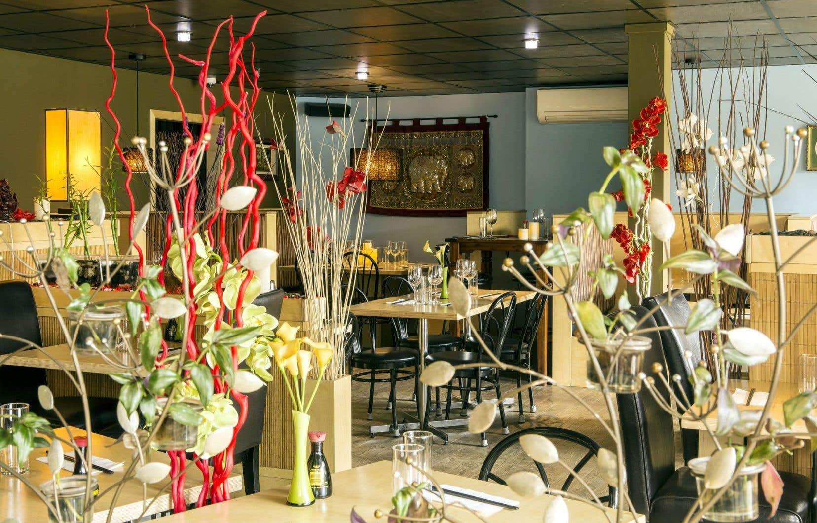 Le décor met en valeur une belle utilisation des matières naturelles, comme le bois, le bambou et les plantes ornementales.