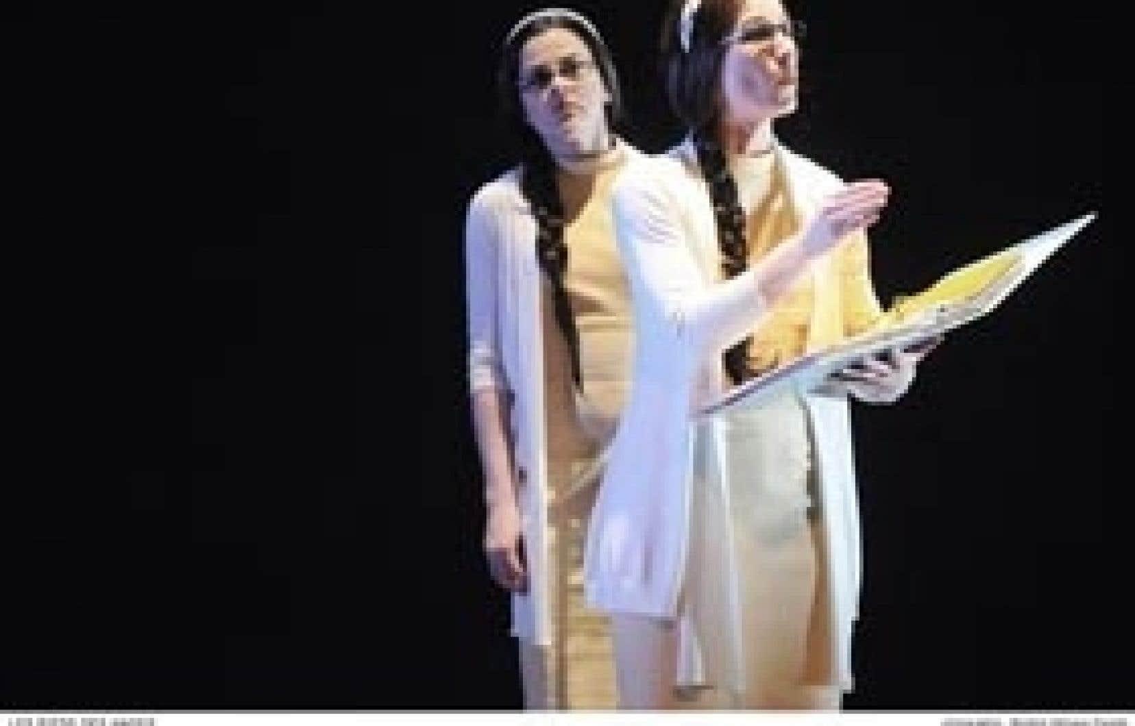 Sophie Cadieux et Enrica Boucher, dans Les Pieds des anges. La Marie intérieure (Cadieux), percluse de doute, émerge de l'intellectuelle (Boucher), s'observant vivre.