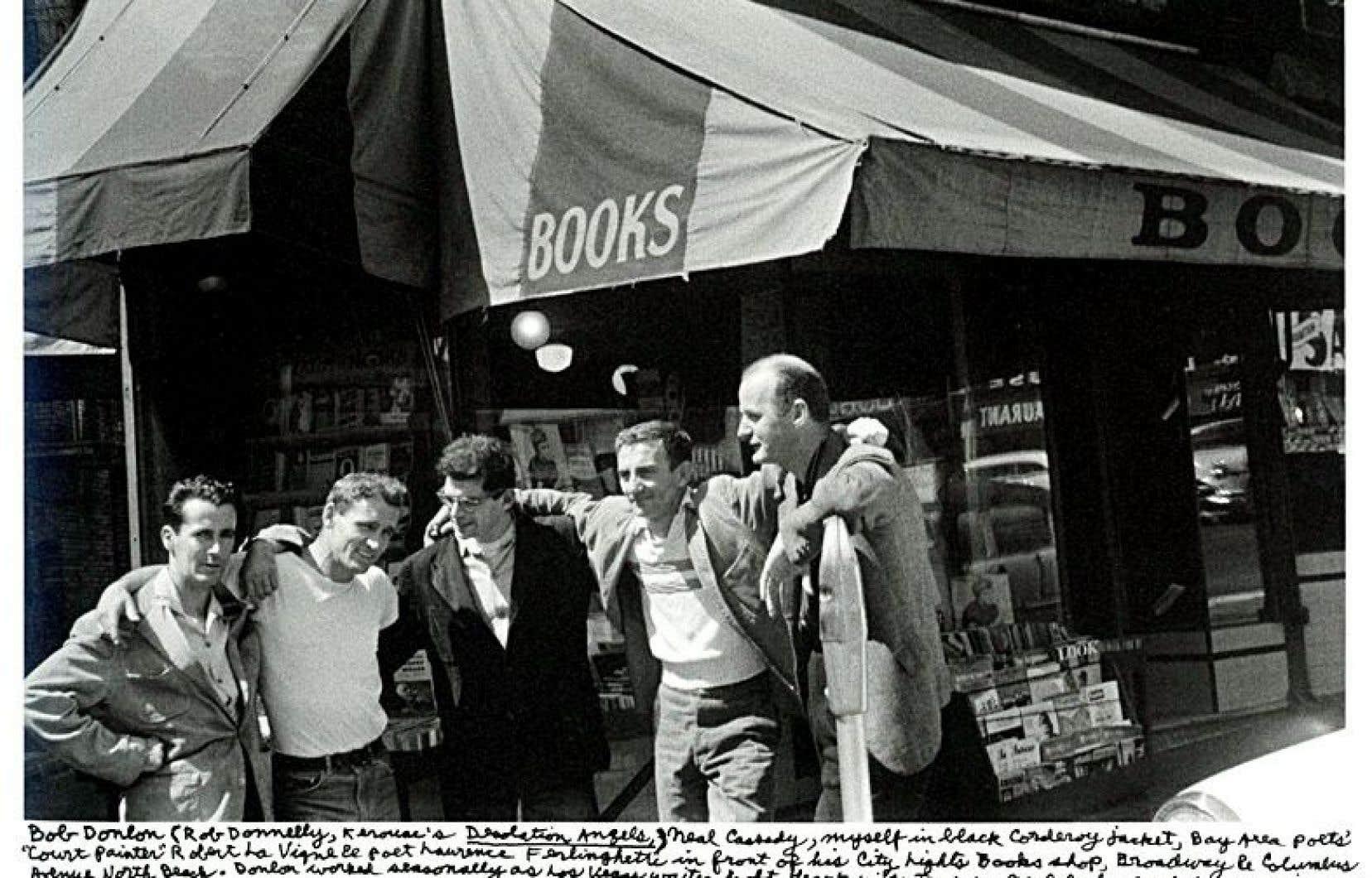 Neal Cassady ne sera pas écrivain, mais héros de roman et mythe vivant. Il ne faut pas chercher ailleurs le chaînon manquant entre les générations beat et psychédélique. Sur la photo, Bob Donlin, Neal Cassady, Allen Ginsberg, Robert LaVigne et Lawrence Ferlinghetti en 1956.