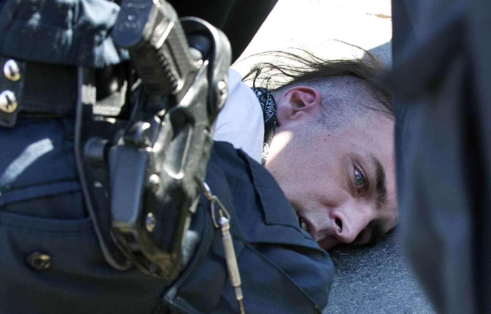 Trois manifestants, âgés de 25 à 35 ans, ont été accusés d'entrave au travail d'un policier.