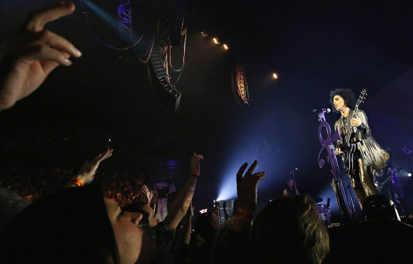 Prince a passé la moitié des chansons à faire le meneur de claque et faire entonner « Mon-tre-al » aux Montréalais.