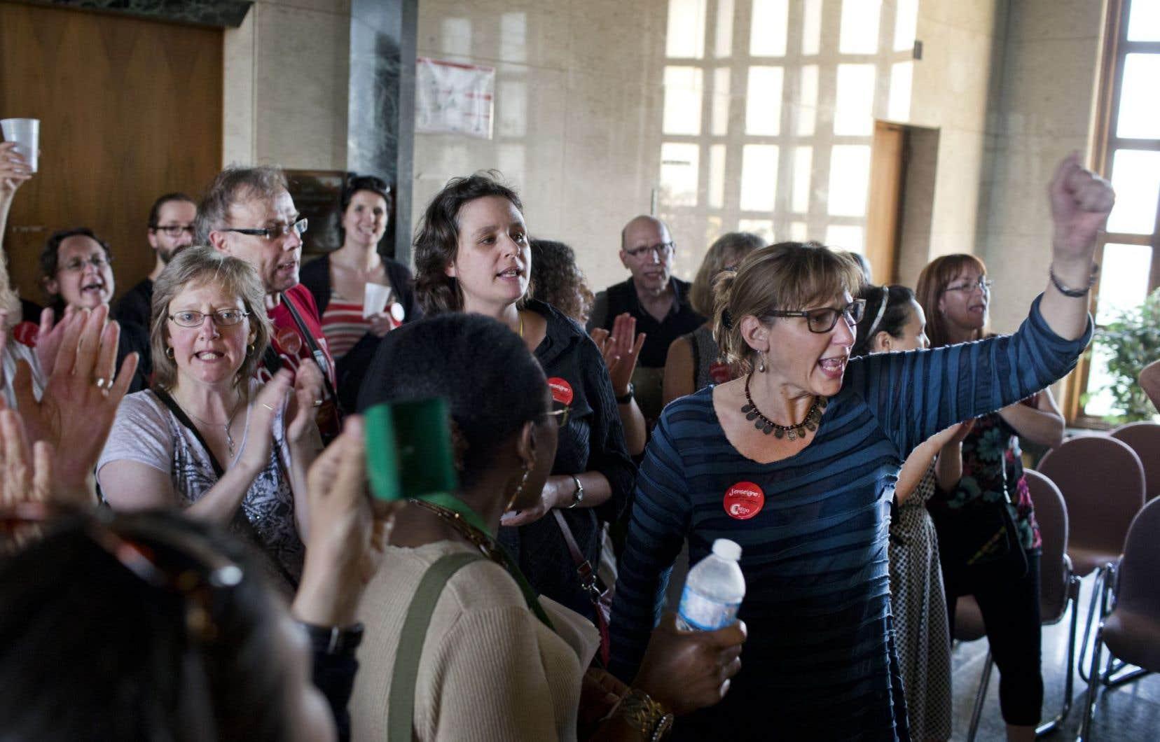 La séance extraordinaire de la CSDM a été interrompue par des dizaines d'enseignants en colère.