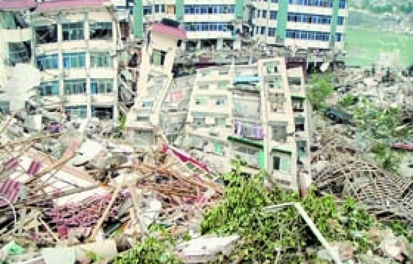 Le séisme du Sichuan, il y aura de cela bientôt un an: plus de 69 000 morts, 374 600 blessés grièvement, près de 18 000 disparus, 7,8 millions de maisons complètement détruites et 24,6 millions d'habitations endommagées au point d'être inhab