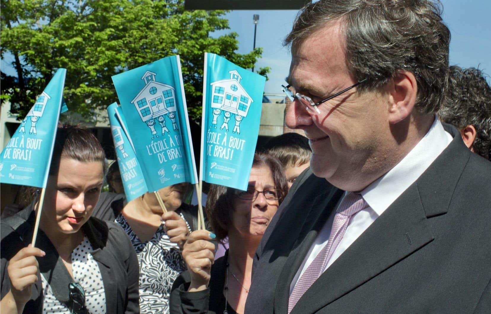 Le ministre de l'Éducation, François Blais, a été reçu froidement vendredi par les commissions scolaires réunies en congrès à Laval. Celles-ci craignent de disparaître à cause des nombreux changements à la démocratie scolaire déjà annoncés par le gouvernement.