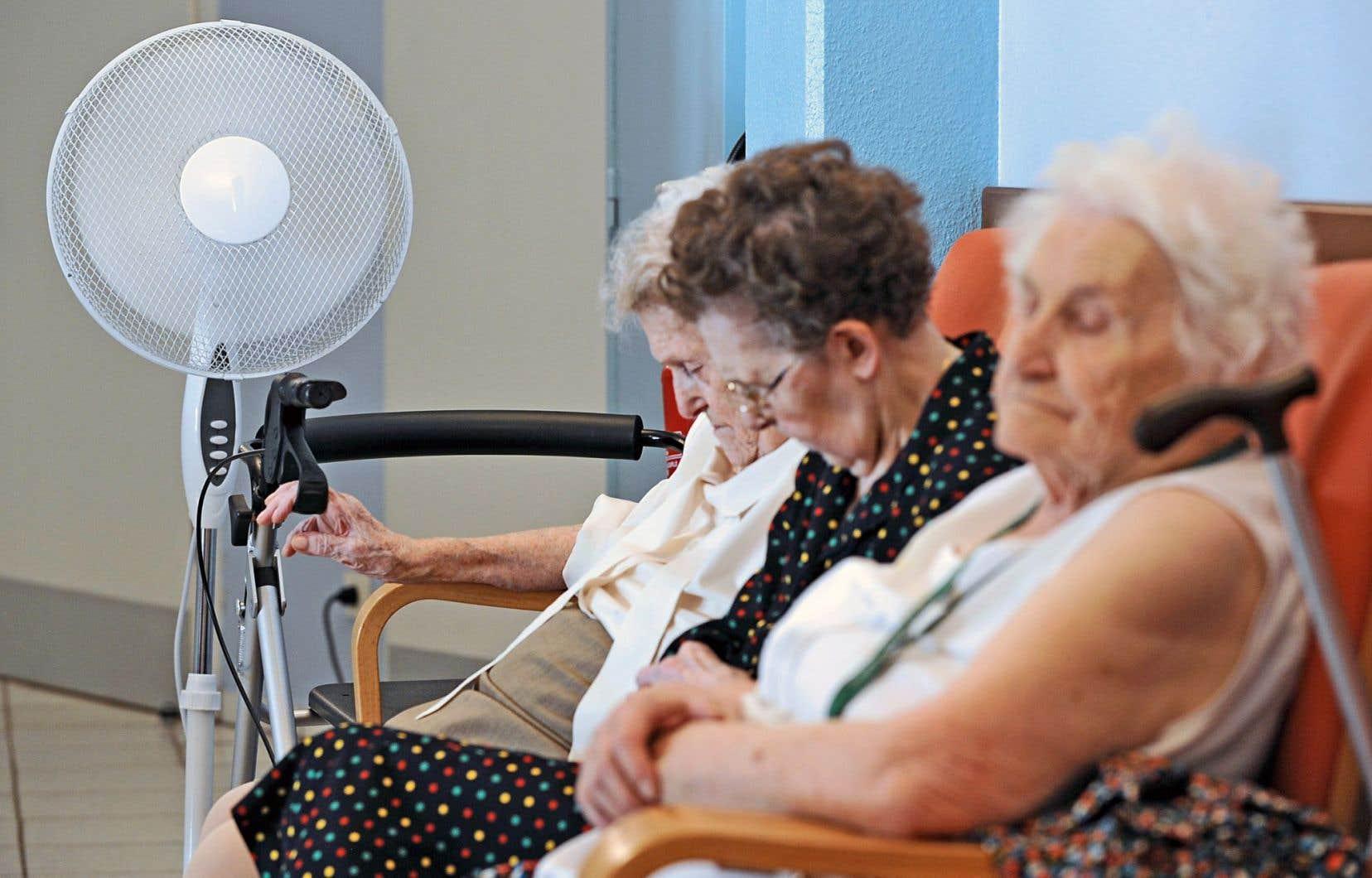 Les vagues de chaleur peuvent avoir de graves conséquences pour les personnes âgées.