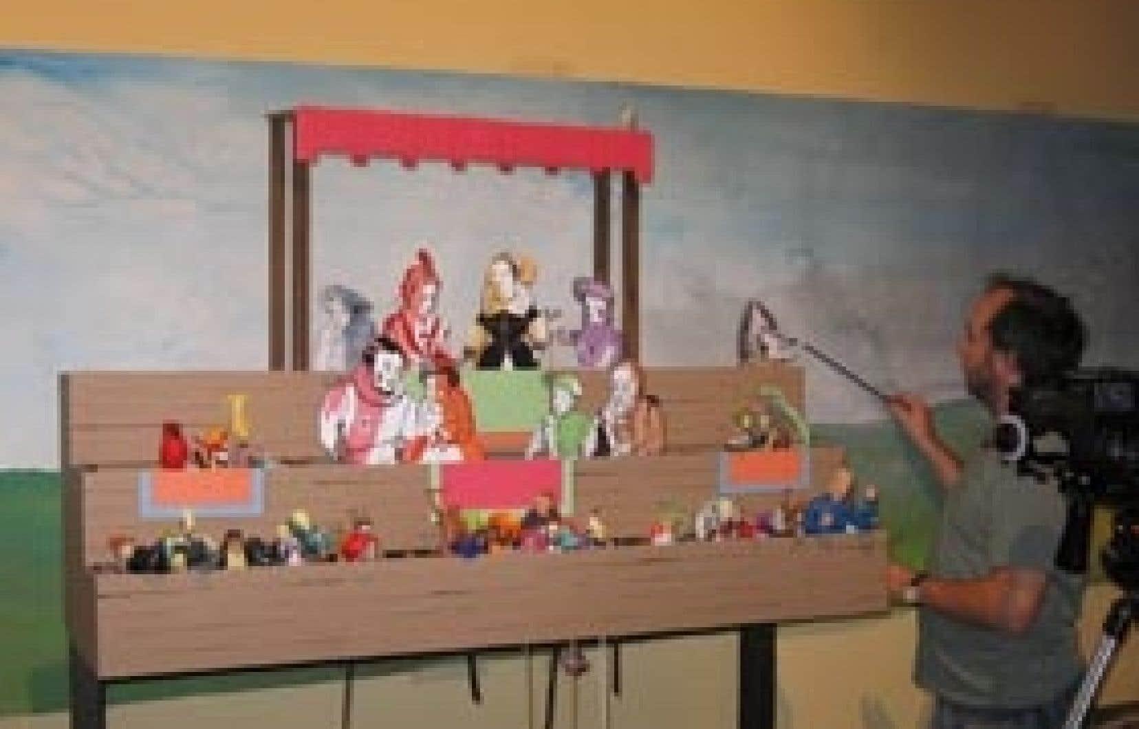 Antoine Laprise et les marionnettes de son spectacle sur les Essais de Montaigne.