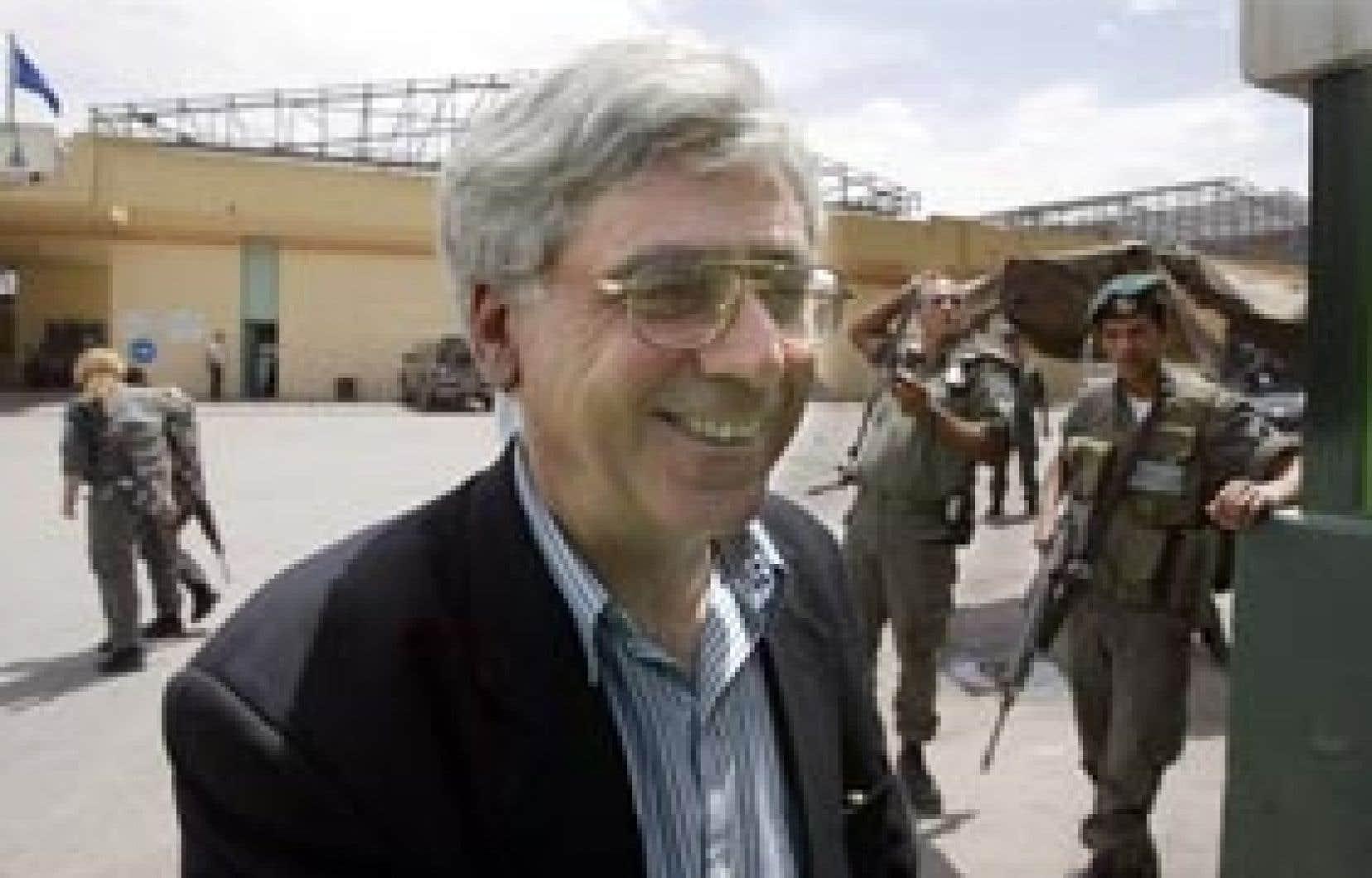 Sari Nusseibeh sourit à sa sortie du centre de détention d'Atarot, au nord de Jerusalem, en avril 2004.