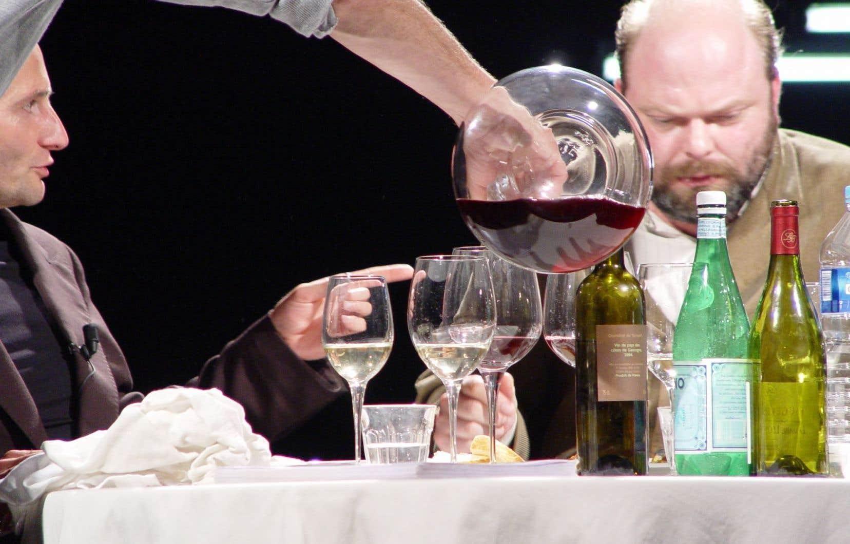 Pendant un peu plus de trois heures, deux hommes mangent, boivent, discutent, racontent des anecdotes et partagent leurs idées sur l'art et la société.
