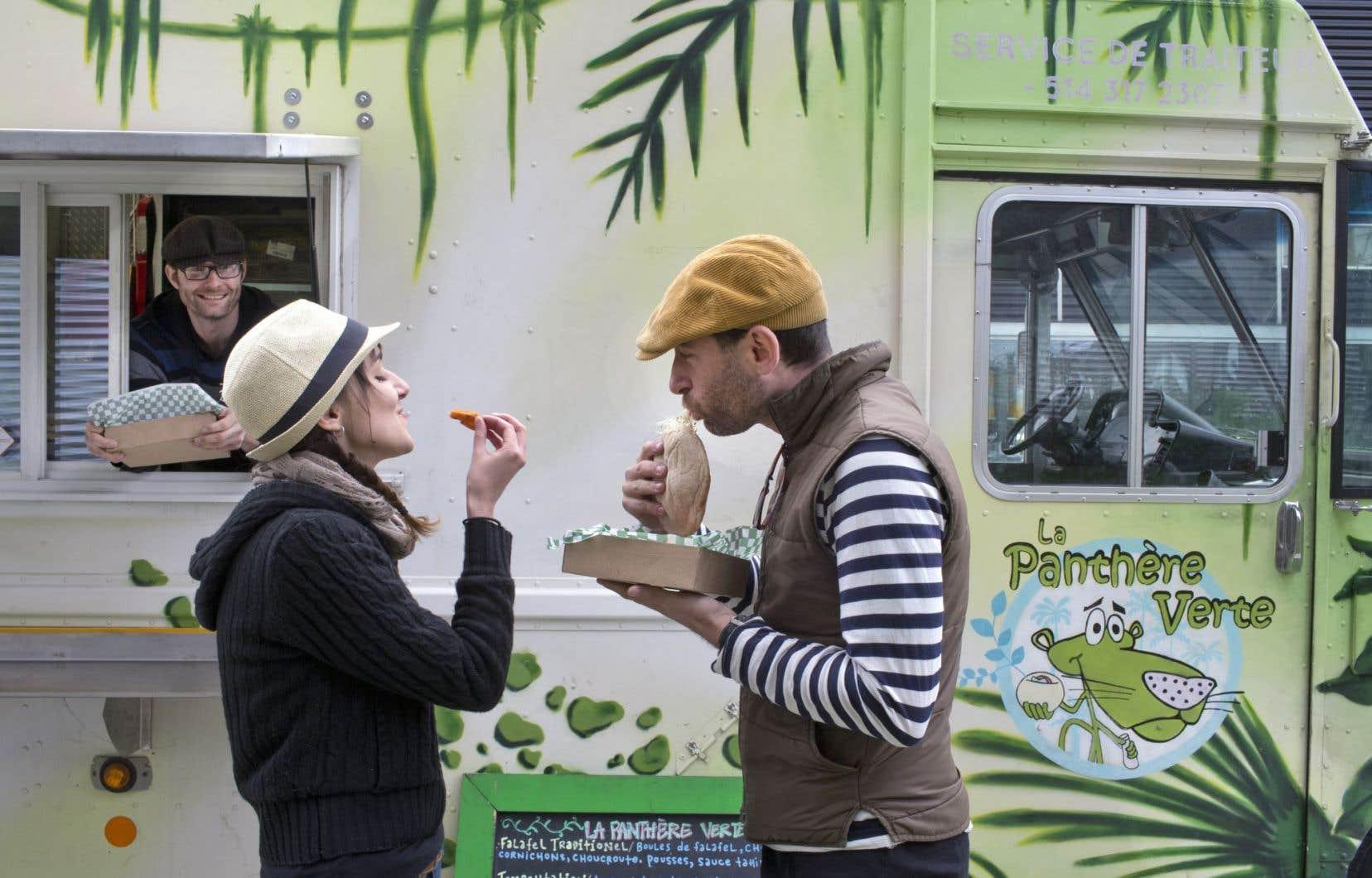 Les meilleurs sandwichs aux falafels en ville logent à la Panthère verte. Ici, devant leur camion de rue : ils sont jeunes, ils sont fous, ils sont végés et veulent changer le monde dans le plaisir plutôt que le dolorisme.