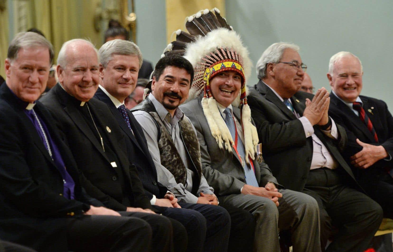 Le juge Murray Sinclair (à droite) mercredi en compagnie de dignitaires lors de la publication du rapport de la Commission de vérité et réconciliation