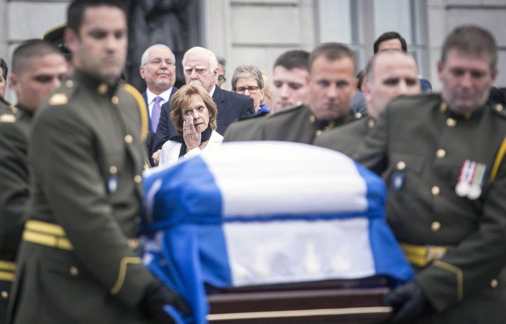Le cercueil de Jacques Parizeau a quitté l'Assemblée nationale dimanche après avoir été salué par des milliers de personnes. Son épouse, Lisette Lapointe, suivait le cortège.