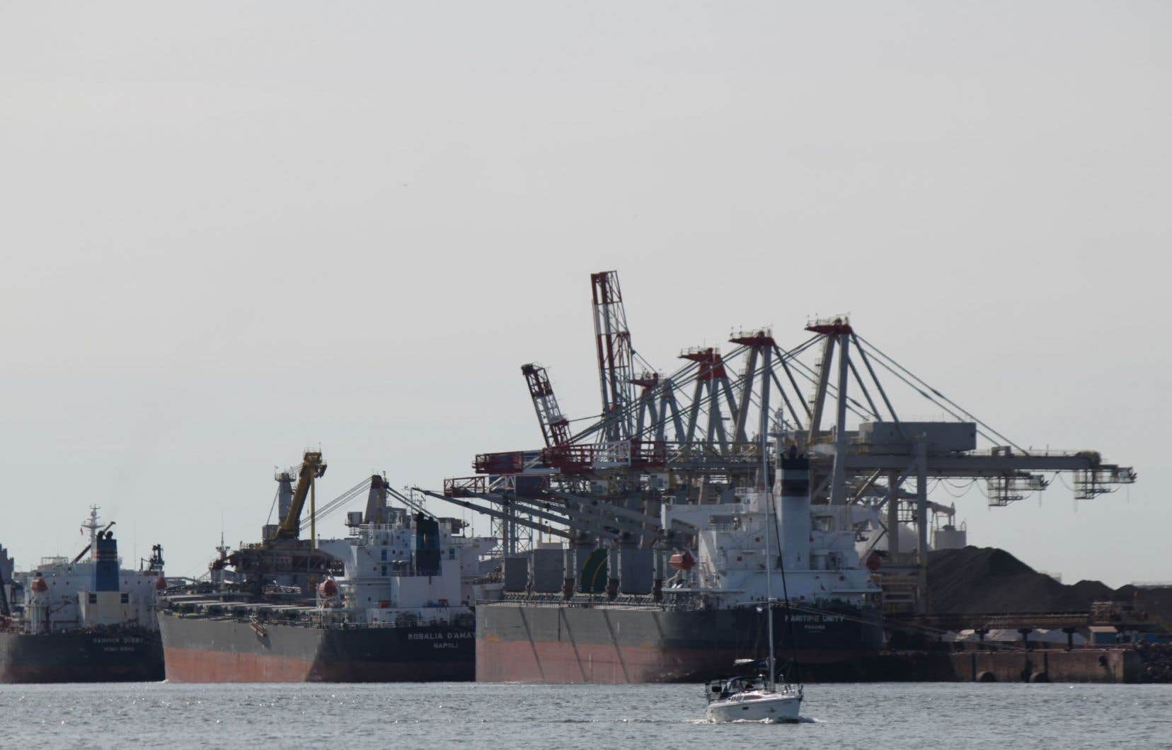 Même si Québec n'est pas sur le trajet du pipeline d'Énergie Est, l'opposition s'inquiète d'une éventuelle hausse du pétrole transporté par train vers le port.