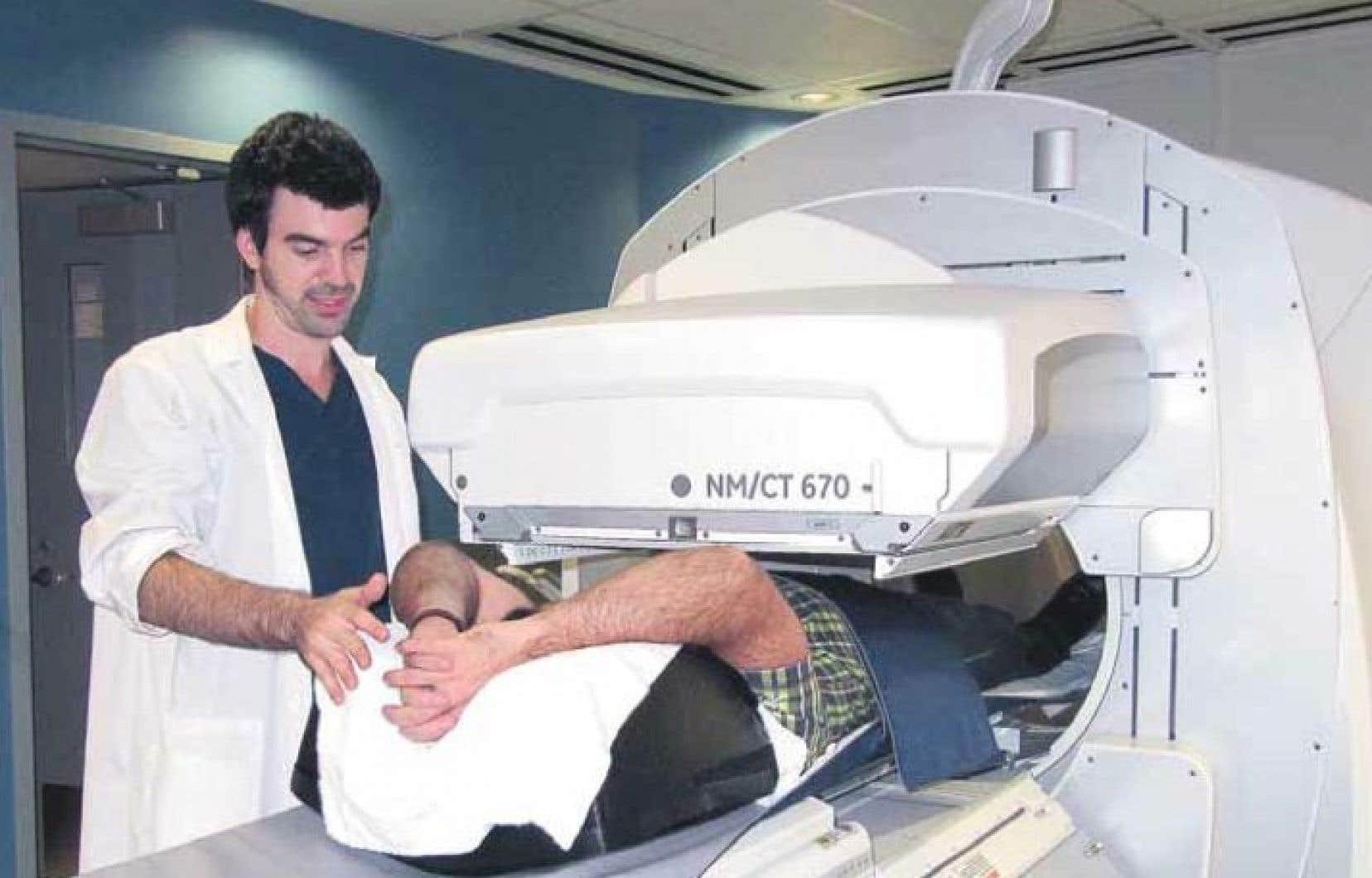 Tommy Beaudry est responsable d'effectuer, à partir d'ordonnances médicales, des examens diagnostiques à l'aide de substances radioactives et de rayons X ou gamma.