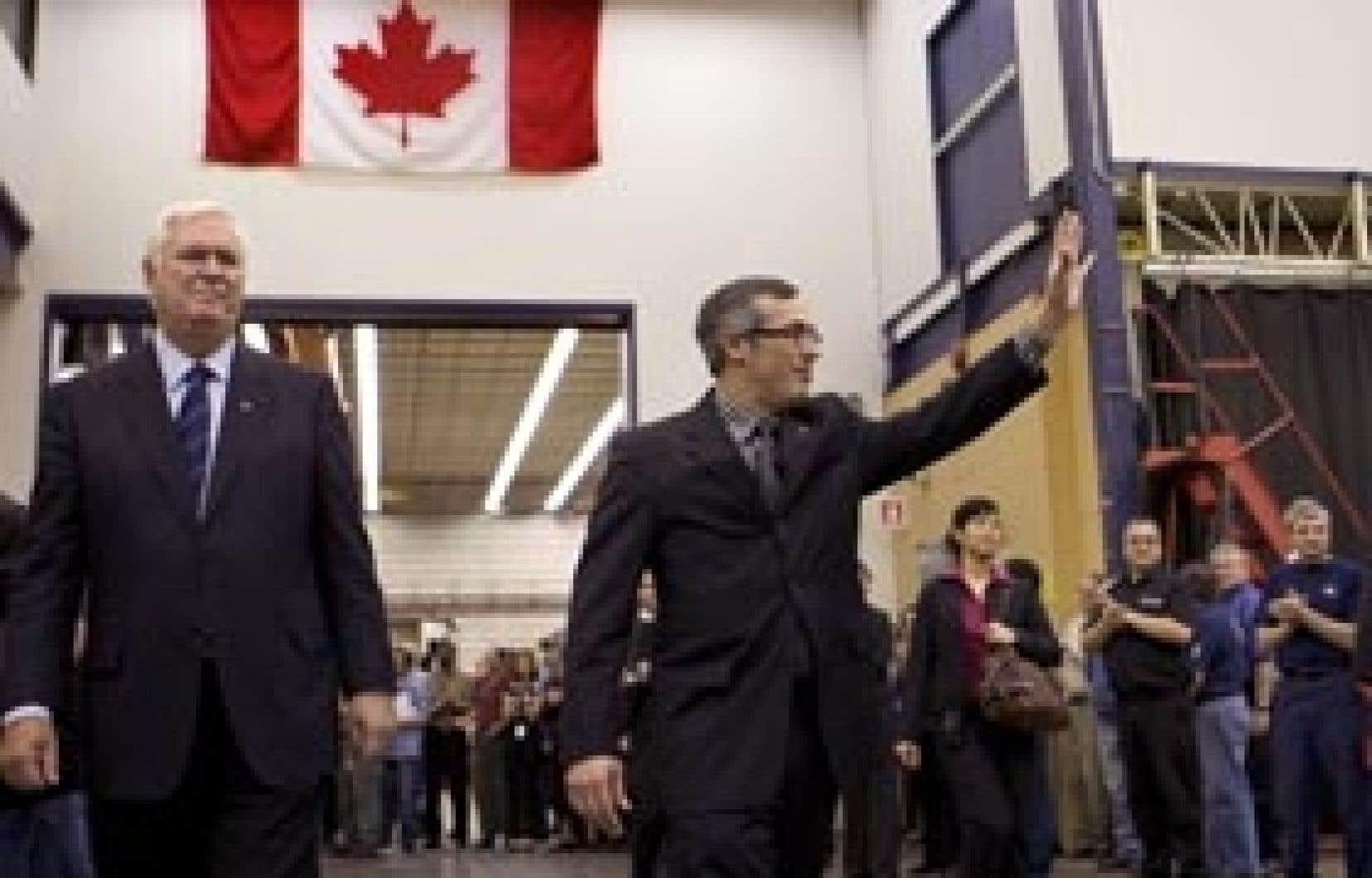 Le président de CAE, Robert Brown, en compagnie du ministre fédéral de l'Industrie, Tony Clement