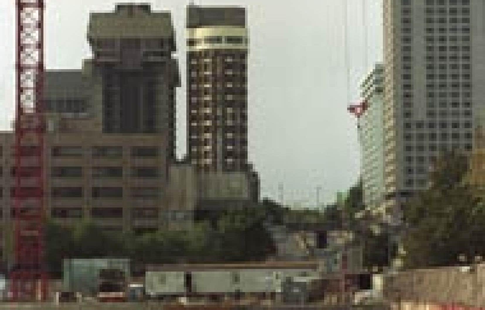 Le chantier de la Grande Bibliothèque du Québec, à Montréal. C'est le secteur institutionnel et commercial qui compte pour la plus grande part de l'industrie, soit 50 % des heures de travail et des investissements de quatre milliards dans les hô