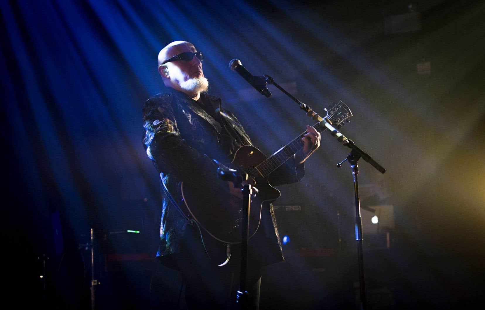 Du clavier boogie, CharlÉlie Couture passe vite fait à la guitare blues-rock bien graissée à l'huile de coude.