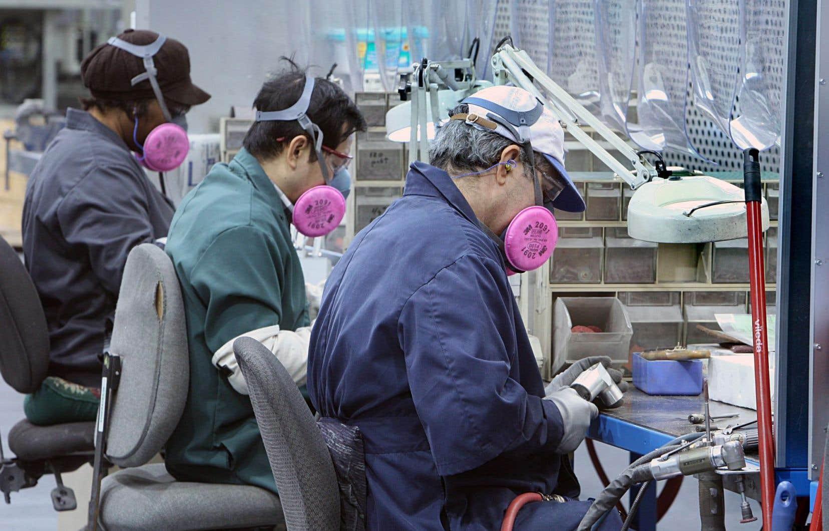 Les moyens par lesquels les délocalisations accroissent la productivité sont nombreux. L'un d'eux est qu'elles permettent aux entreprises de se spécialiser dans les tâches qu'elles accomplissent le mieux.