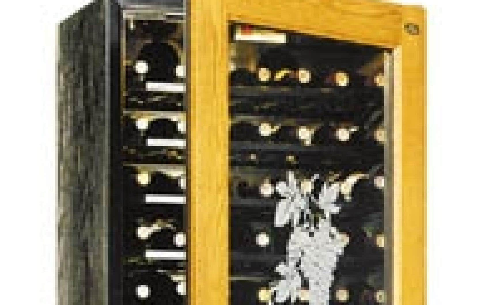 Cellier en métal, motif grain de bois peint noir, avec portes vitrées en chêne teint. Série économique, 105 bouteilles :1690 $.