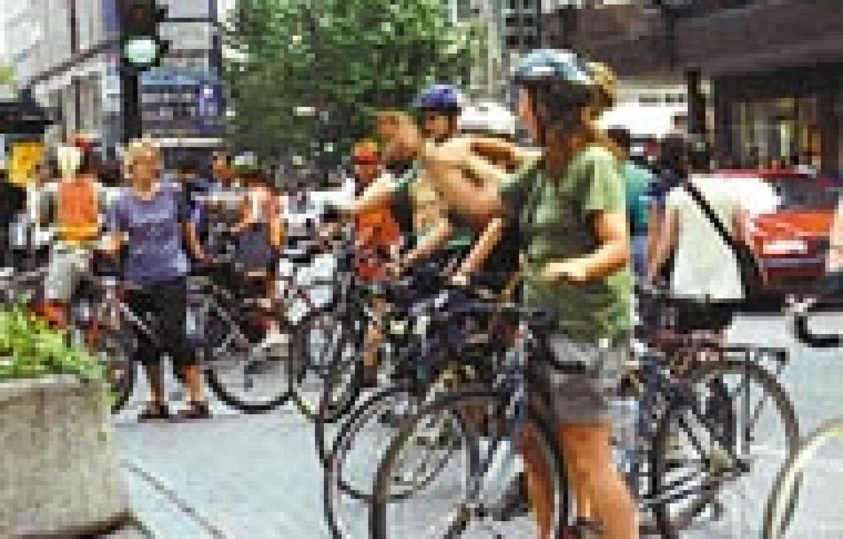 Un groupe de cyclistes au square Phillips, à Montréal.