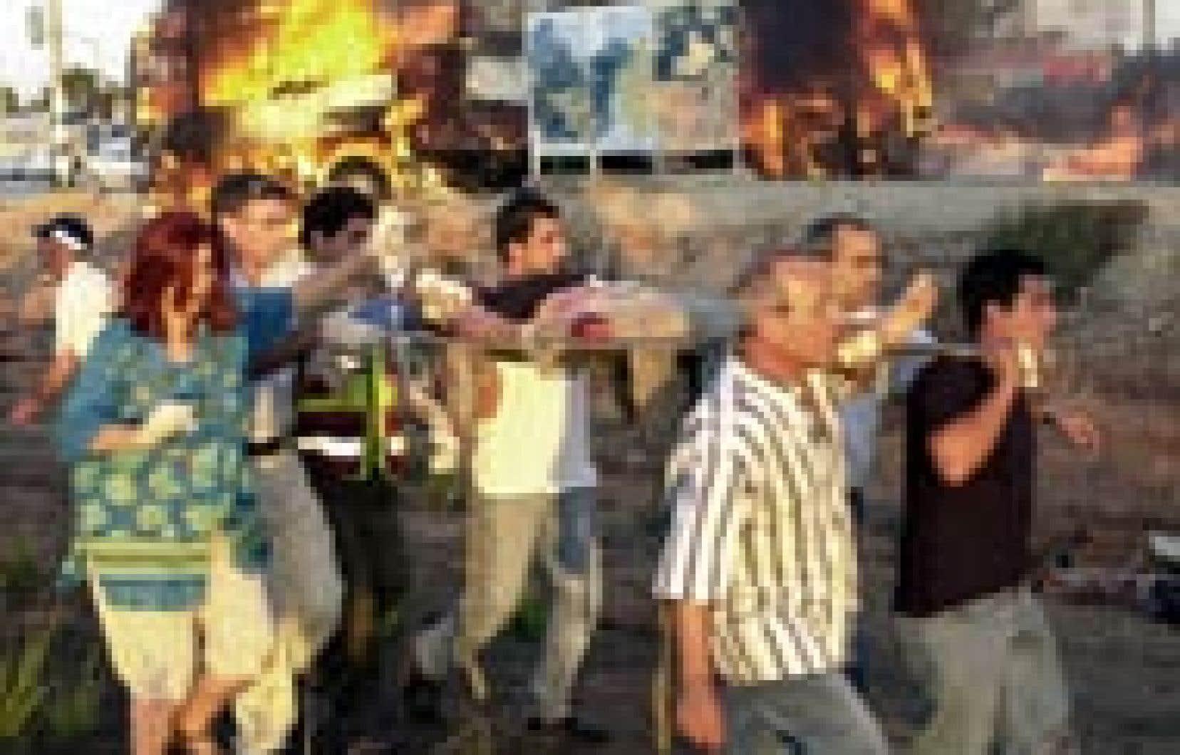 Un des nombreux blessés extirpés de l'autobus en flammes, hier: des explosions en série.