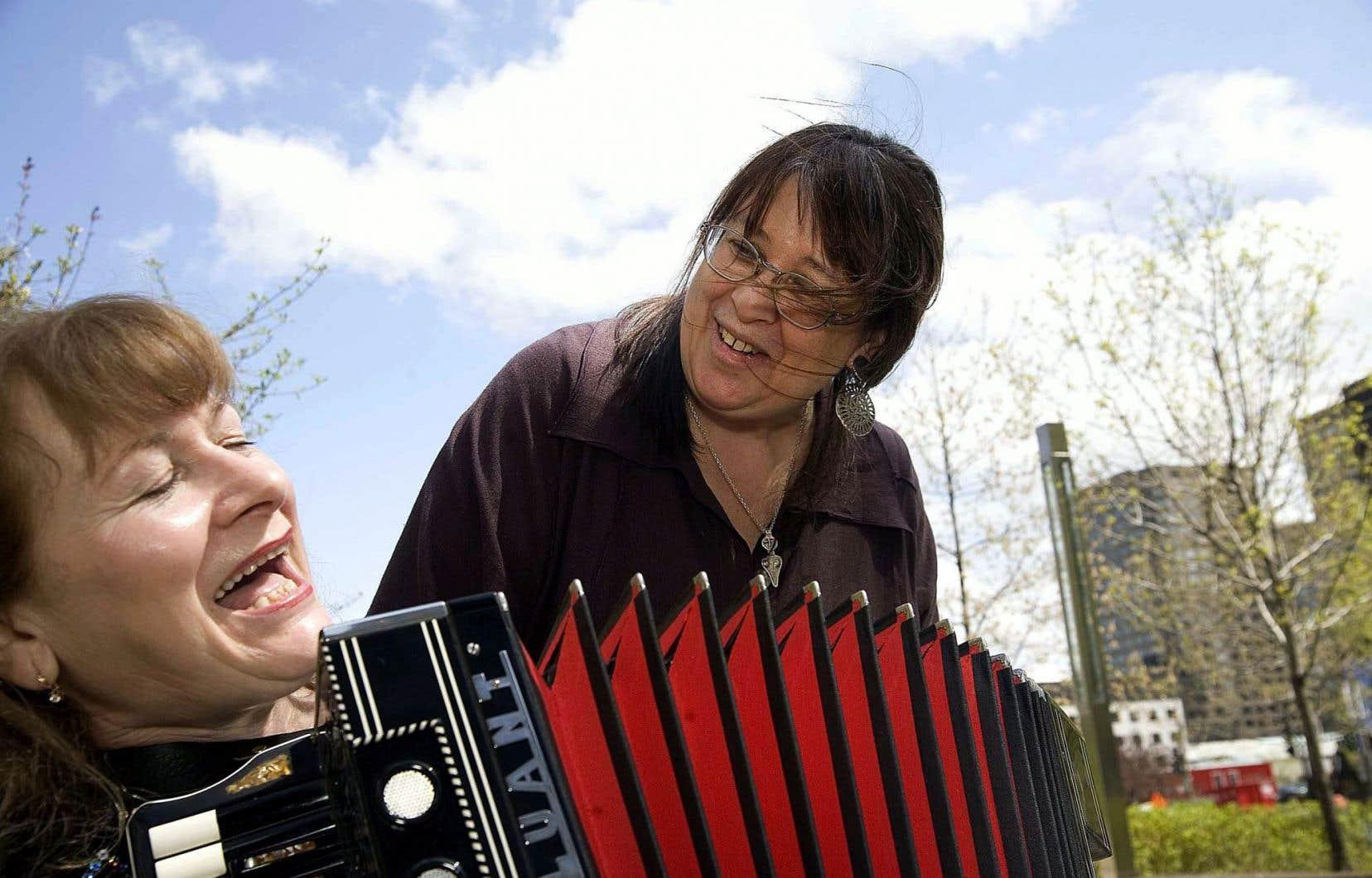 La chanteuse tchétchène exilée au Québec Birlyant Ramzaeva (à l'accordéon), dont la bataille pour sauver sa culture fait écho aux luttes pour tous les héritages, avec la cinéaste Helen Doyle en 2008.