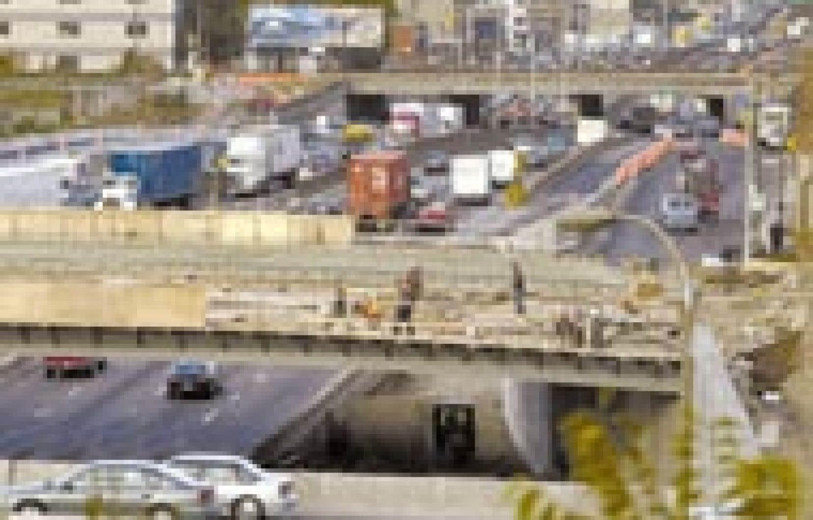 Le coût du projet du rond-point de l'Acadie devait être de 58 millions. Il se chiffre aujourd'hui à 82 millions et les services municipaux s'attendent à ce que la facture finale avoisine les 100 millions.