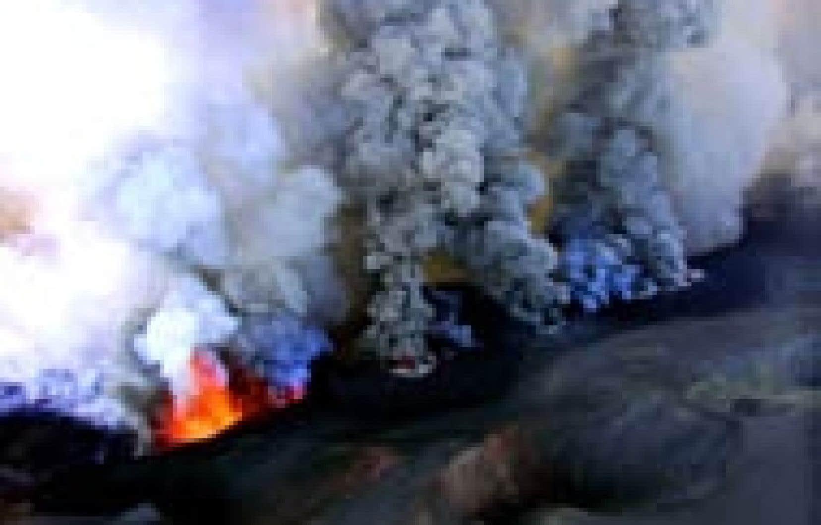 Quatre coulées de lave se déversaient hier sur le flanc de l'Etna, le volcan le plus actif d'Europe, engloutissant de petits bâtiments et des lignes électriques.