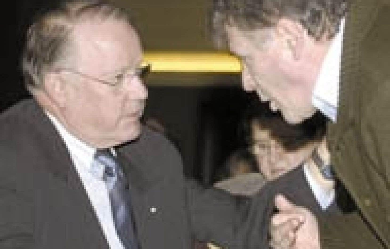 Le premier ministre Bernard Landry discute avec Paul Bégin. C'était en janvier dernier, lors du conseil national du Parti québécois.