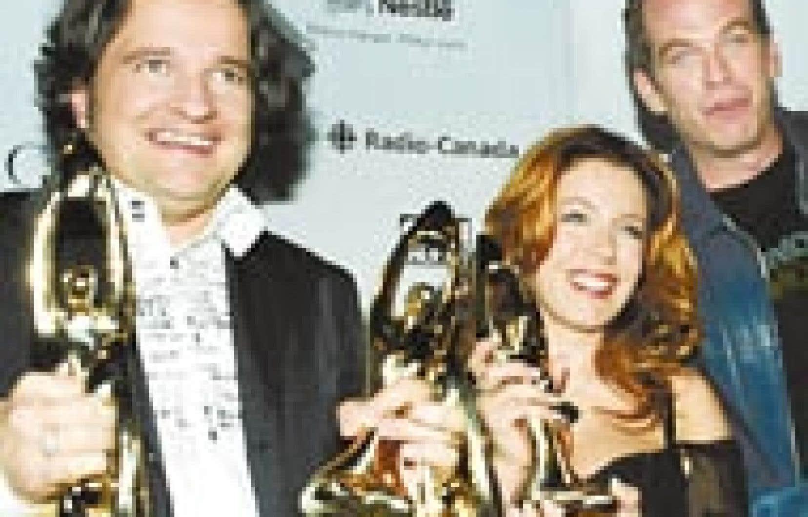Daniel Bélanger (à gauche) et Garou, co-lauréats du Félix de l'«interprète masculin de l'année», en compagnie de la chanteuse Isabelle Boulay, qui a remporté le Félix de l'«interprète féminine de l'année» lors du 24e gala de l'AD