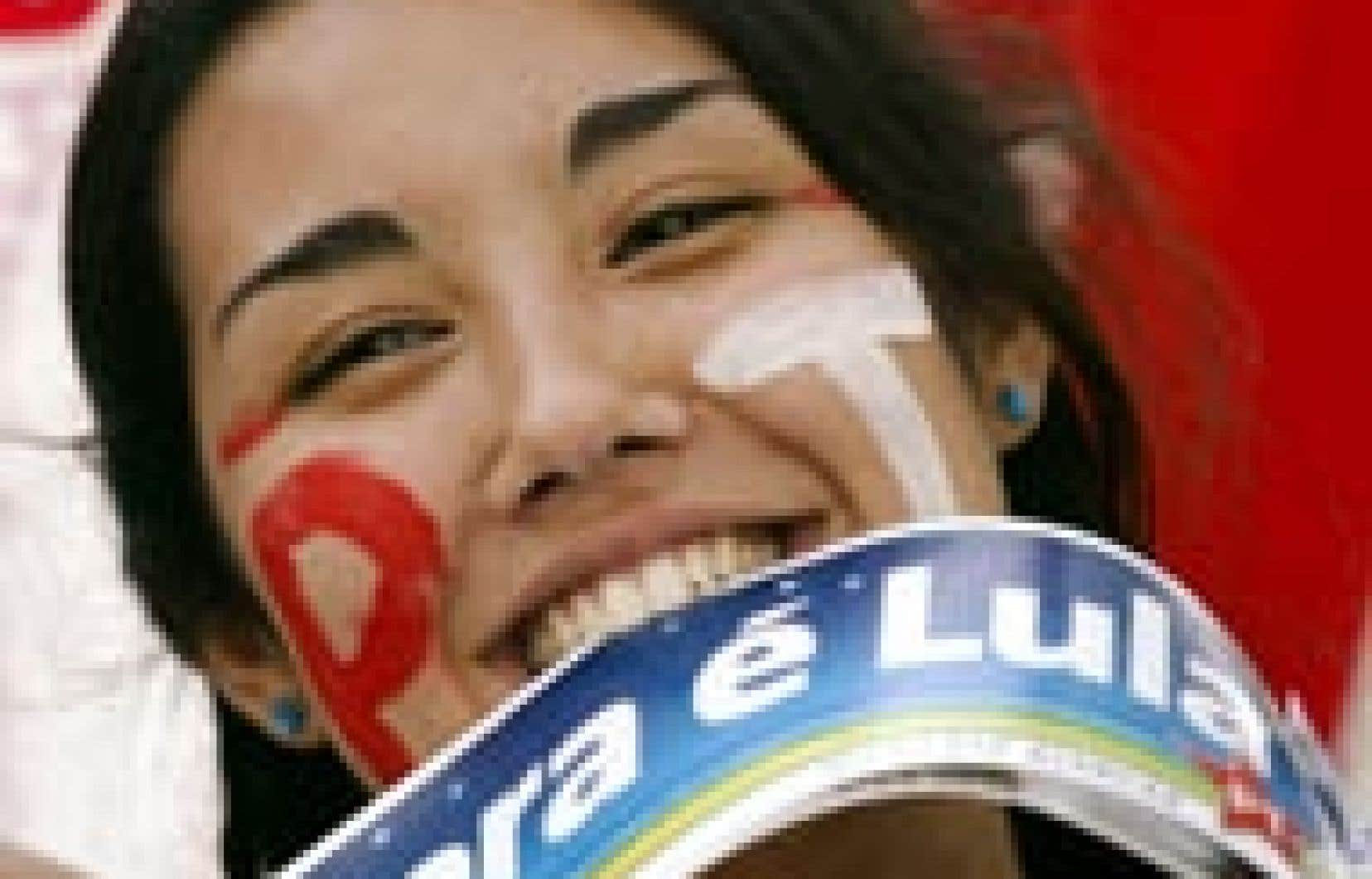 Entre les dents, des autocollants qui annoncent: «Maintenant, c'est Lula».