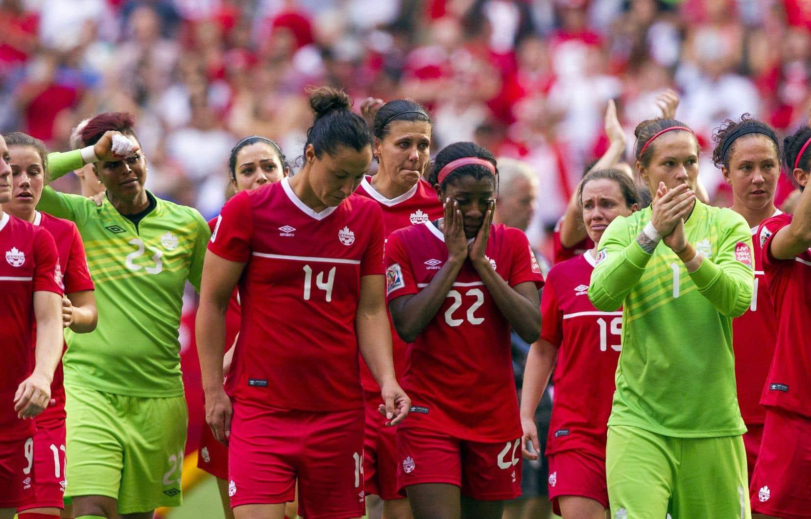 Plusieurs joueuses de l'équipe canadienne étaient en larmes après avoir perdu 2-1 contre l'Angleterre, samedi à Vancouver.