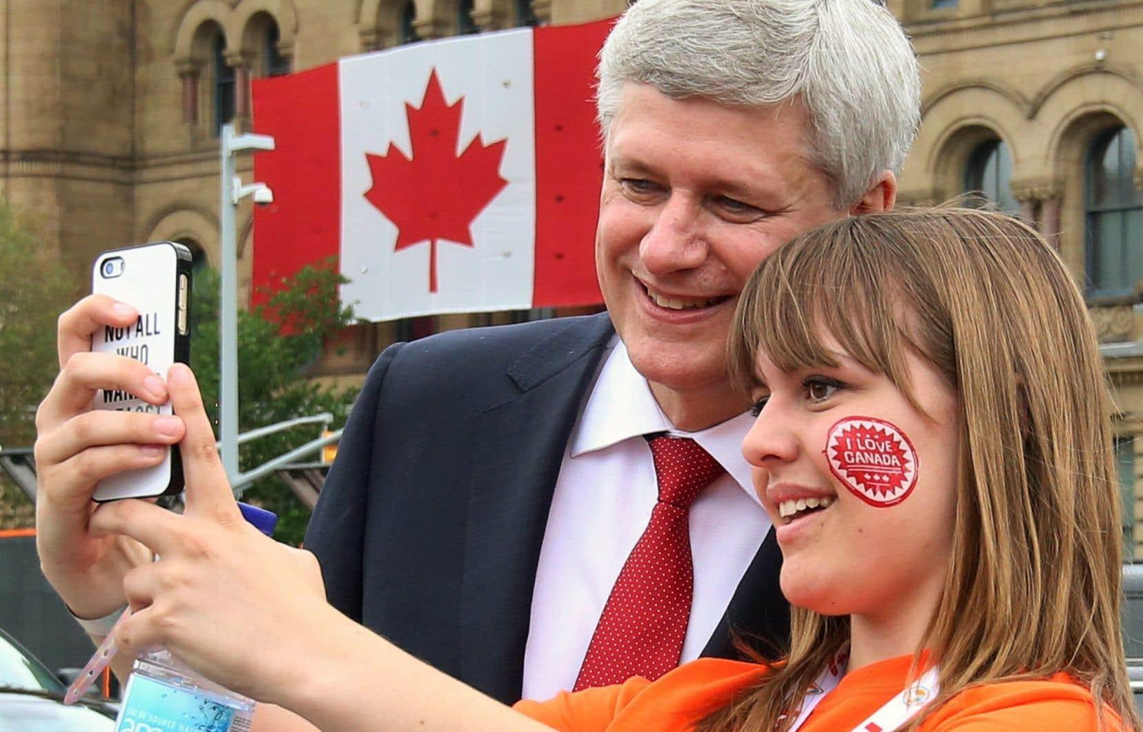 Le premier ministre Stephen Harper s'est prêté au jeu de l'égoportrait avec des citoyens.