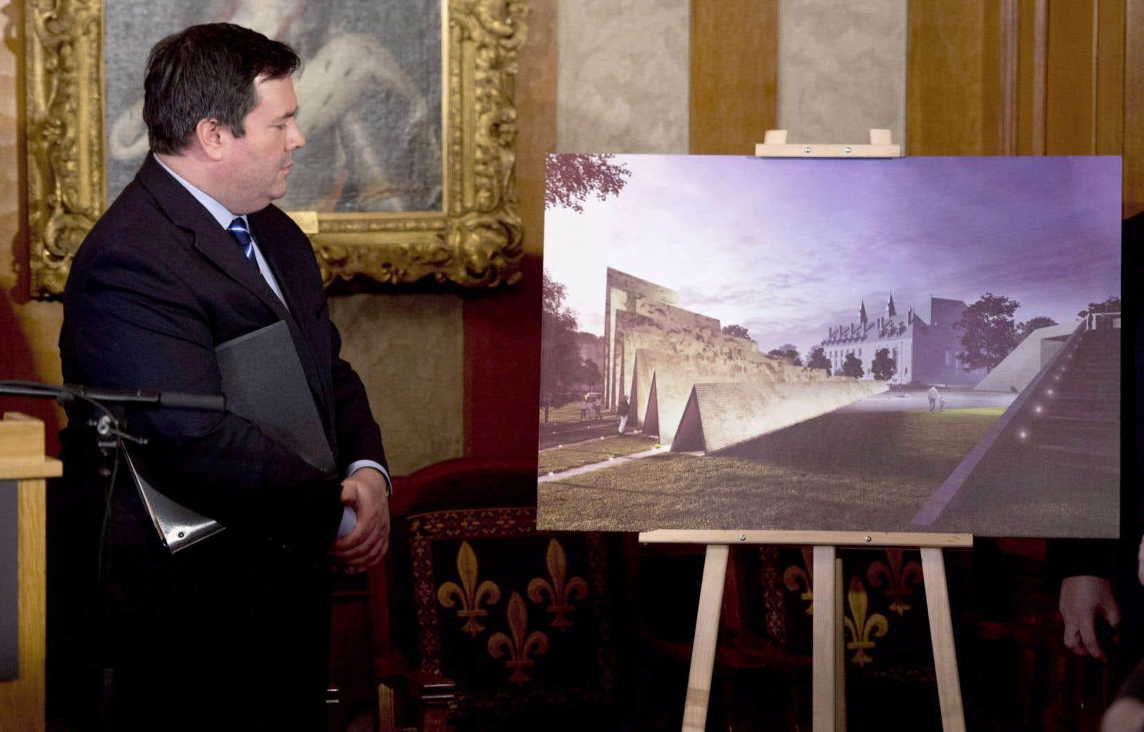 C'est à l'actuel ministre de la Défense Jason Kenney, un des proches de Stephen Harper, qu'appartient l'idée de ce monument aux victimes du communisme.