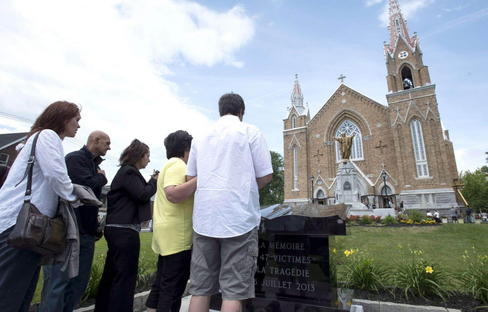 Tout comme l'an dernier à pareille date, plusieurs personnes se sont recueillies à l'église Sainte-Agnès de Lac-Mégantic, devant un monument en pierre où sont inscrits les noms des victimes.