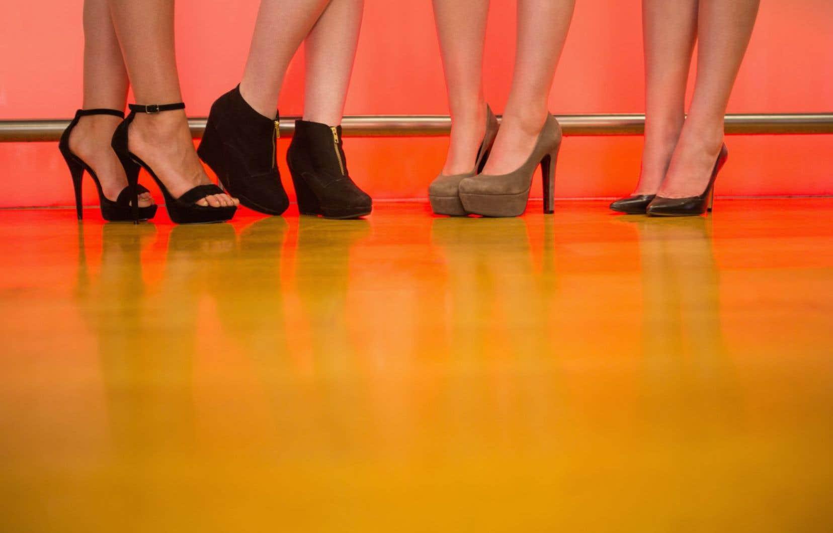 Car tout dans les escarpins, de l'arc bouté du pied, du cuir qui colle sur la peau, jusqu'à la commissure des orteils avant que se referme le soulier évoque un érotisme sexuellement chargé.