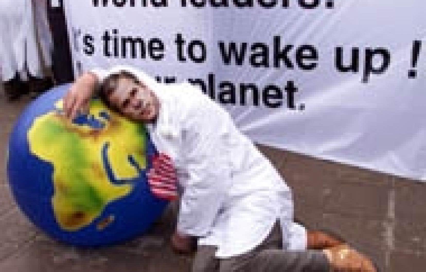 Un activiste portant un masque représentant George W. Bush manifestait hier à Johannesburg où se tient le Sommet de la Terre.