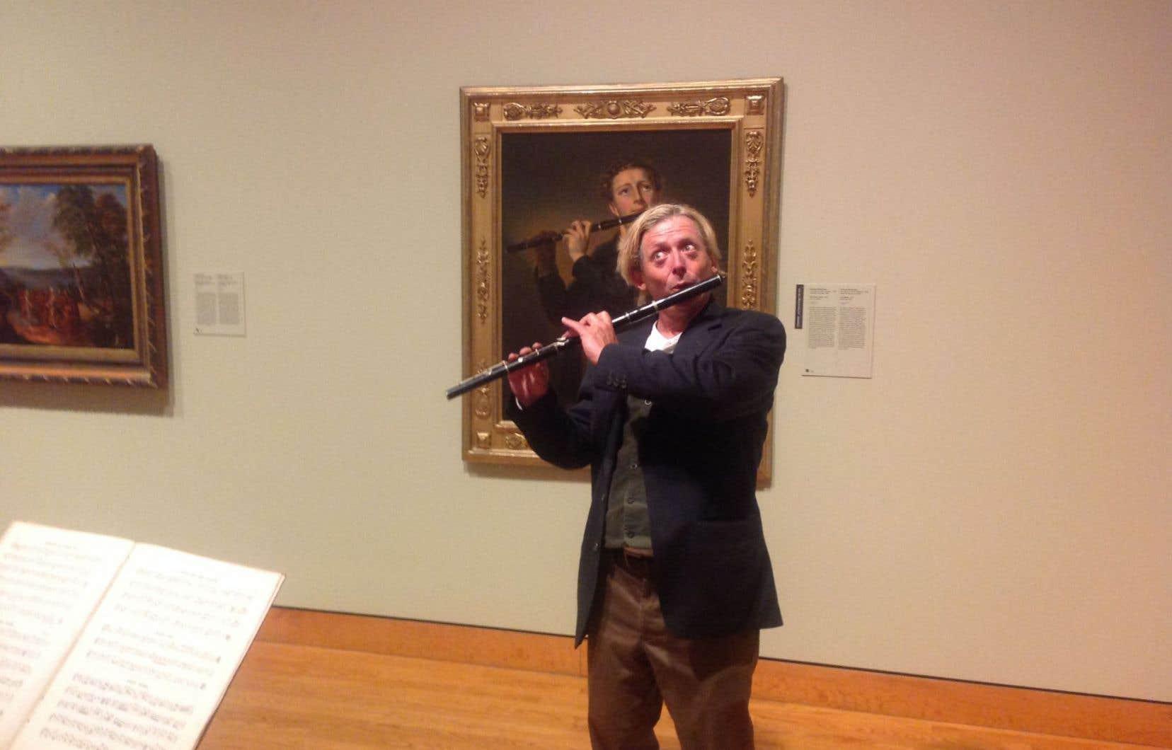 Les musiciens eux-mêmes se fondaient parfois dans le paysage, tel le flûtiste Thomas Brawn (sur la photo), devant le tableau d'un de ses prédécesseurs, dont il mimait la posture avec délectation.