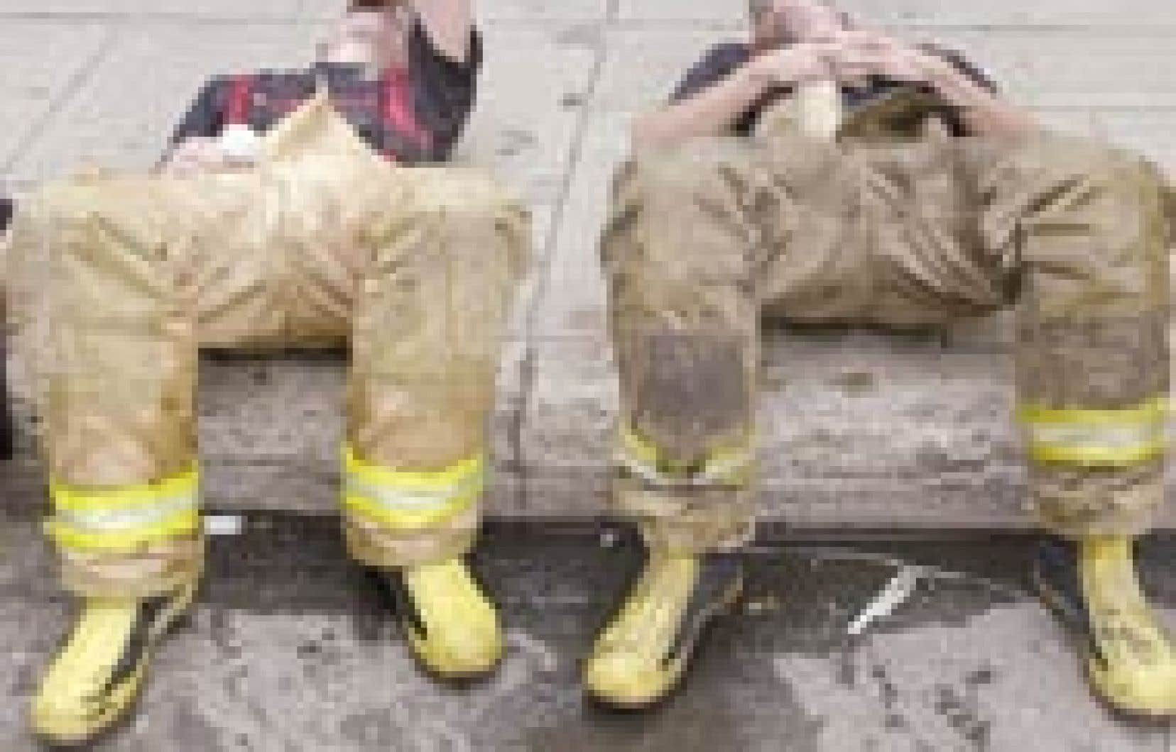 Appelés sur les lieux d'un incendie dans le quartier Hochelaga-Maisonneuve, ces pompiers  luttaient hier contre une chaleur d'un autre type sous le regard des badauds compréhensiblement dépoitraillés.