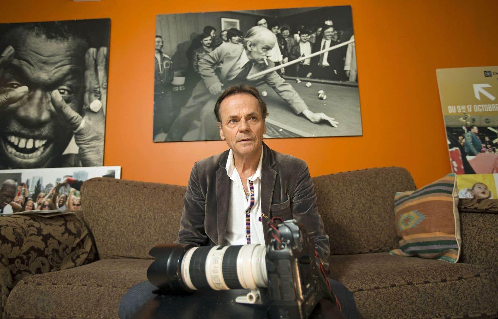Jacques Nadeau a couvert les grands rendez-vous de l'histoire du Québec depuis plus de 30 ans. Accroché au mur derrière lui, un célèbre portrait de René Lévesque.