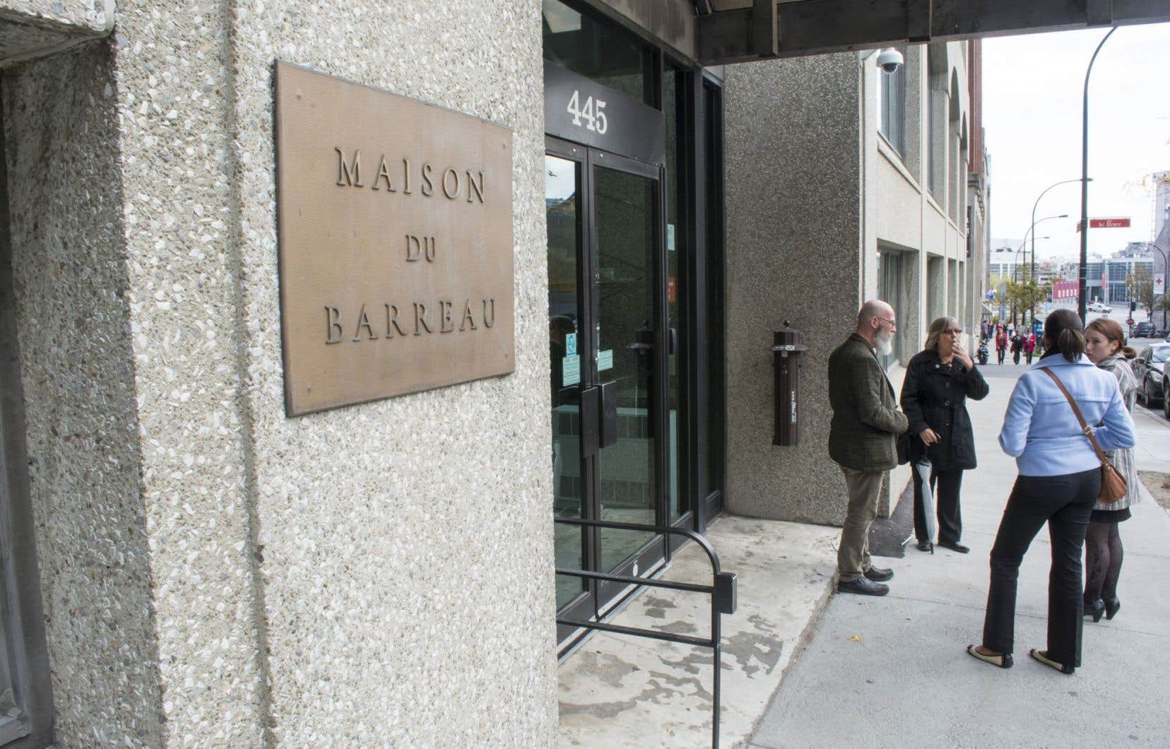 Suspendue depuis le début du mois juillet, la bâtonnière a répliqué il y a près d'une semaine avec une poursuite contre plusieurs administrateurs du Barreau.