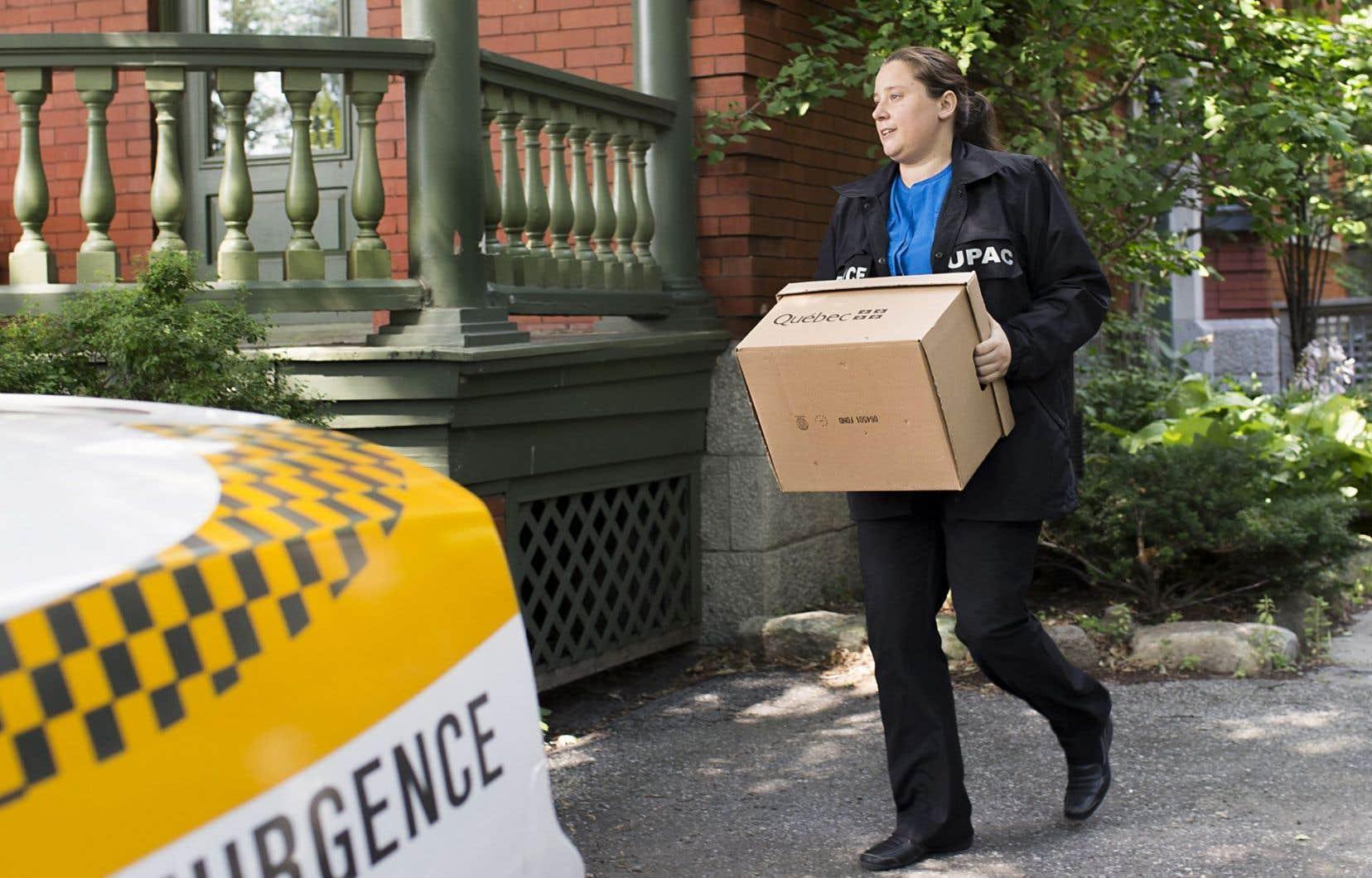 Les policiers sont demeurés de nombreuses heures chez l'ex-maire, emportant plusieurs boîtes de documents et des valises contenant des disques durs et des ordinateurs.