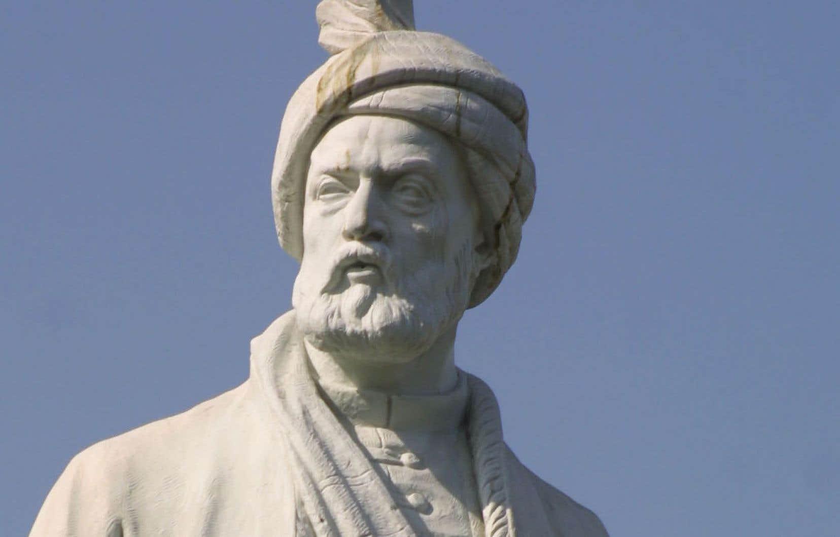 Cette statue du poète Ferdowsi trône dans le square qui porte son nom sur la rue de la... Révolution, à Téhéran.
