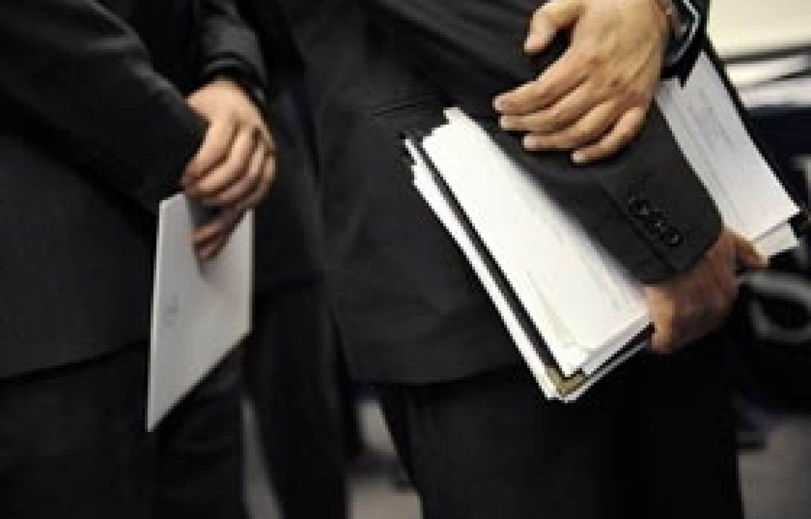 Curriculum vitae en main, des candidats attendent d'être reçus pour une entrevue. Le nombre de Canadiens touchant des prestations ordinaires d'assurance-emploi a atteint 560 400 en janvier, en hausse de 4,4 % par rapport à décembre.