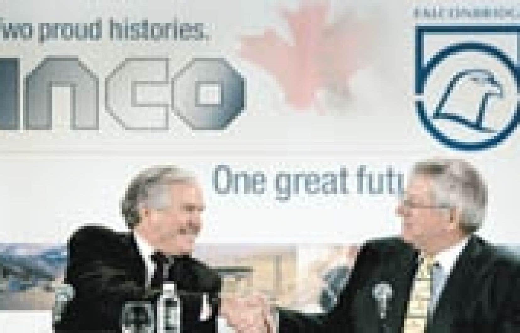 Scott Hand, chef de la direction d'Inco, à gauche, et son homologue de Falconbridge, Derek Pannell, hier à Toronto.