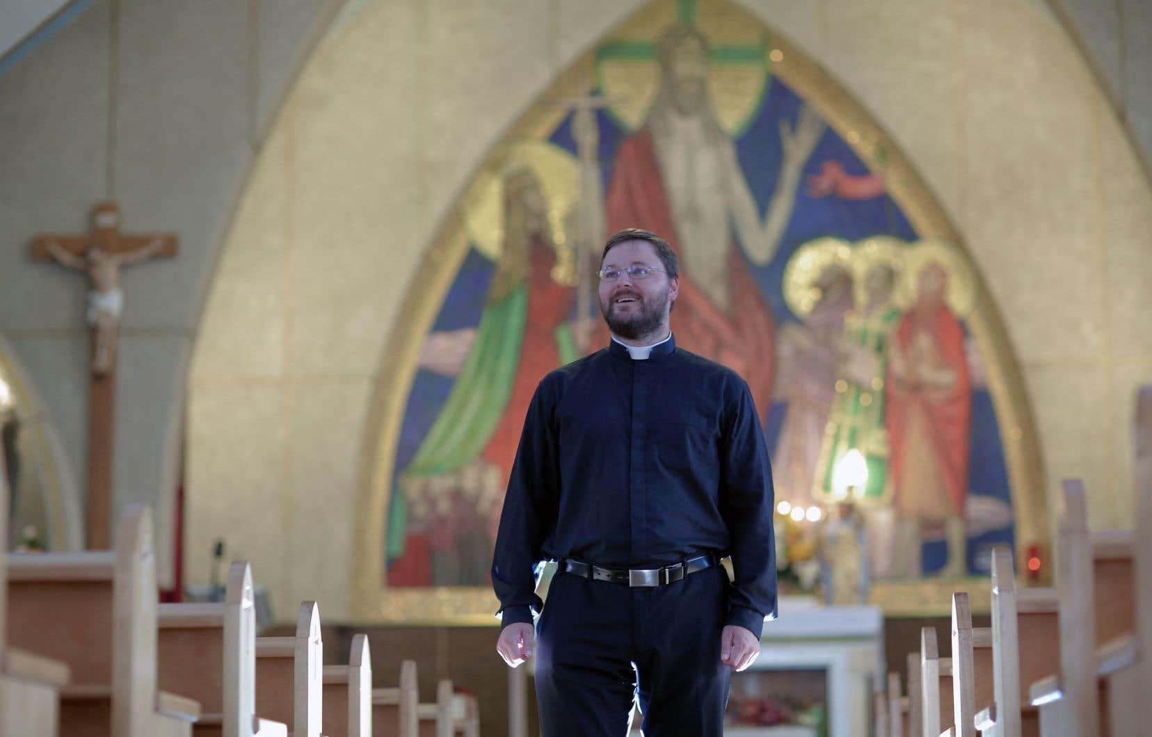 L'abbé Greg Ciszek, l'un des plus jeunes curés du Québec, est très proche de la communauté de sa paroisse, San Giovanni Bosco. Il mise sur les rassemblements festifs, l'authenticité et la bonne transmission de la foi pour attirer les fidèles.
