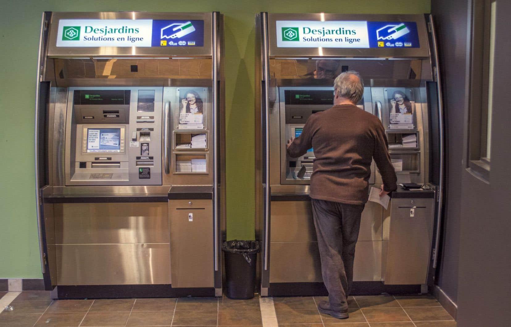 Desjardins a fermé, entre 2010 et 2014, 210 guichets et points de service ainsi que 427 guichets automatiques un peu partout au Québec.