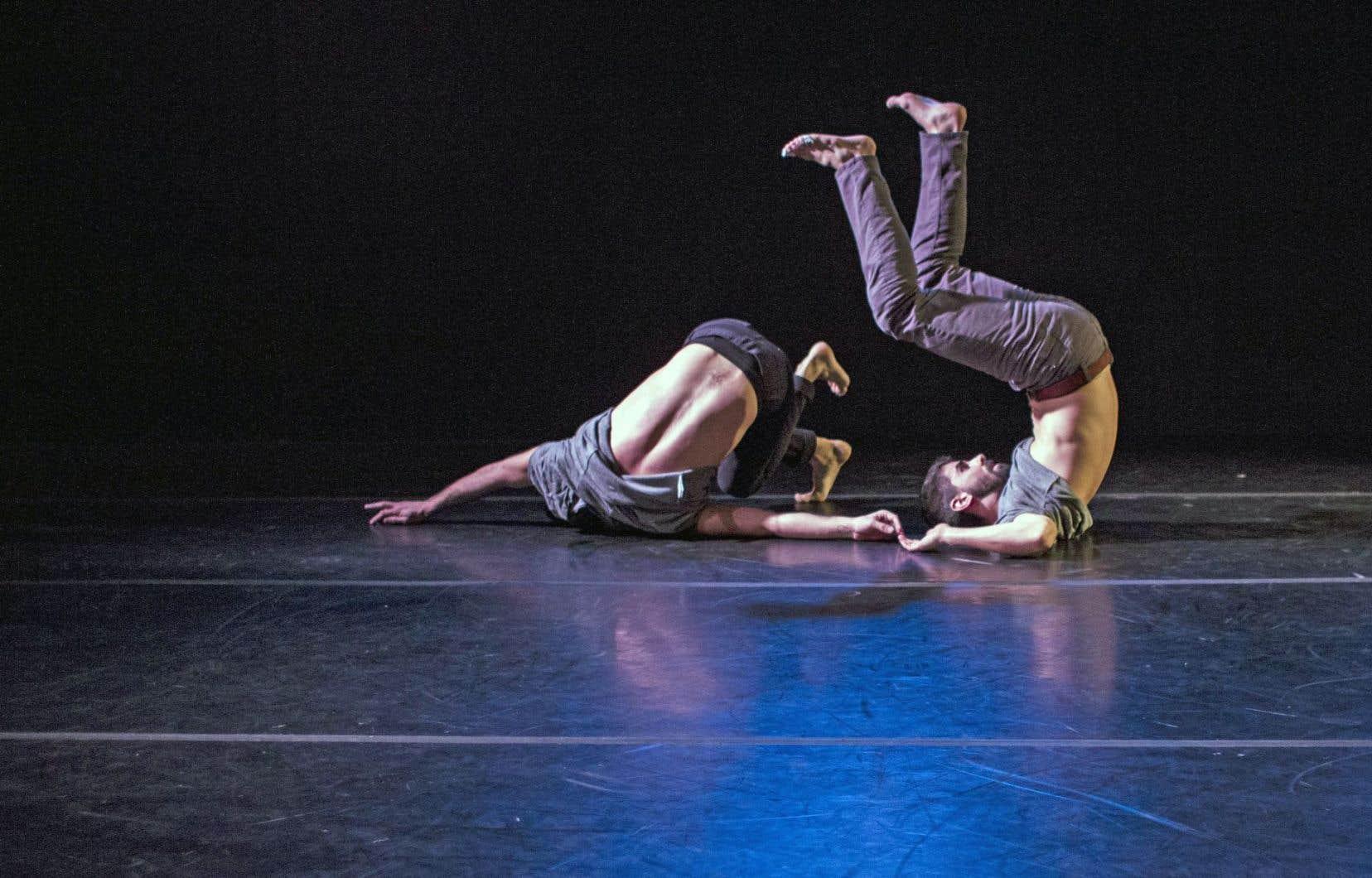 Les danseurs Keven Lee et Gabriel Painchaud dans la pièce «O2» par Anne-Flore de Rochambeau
