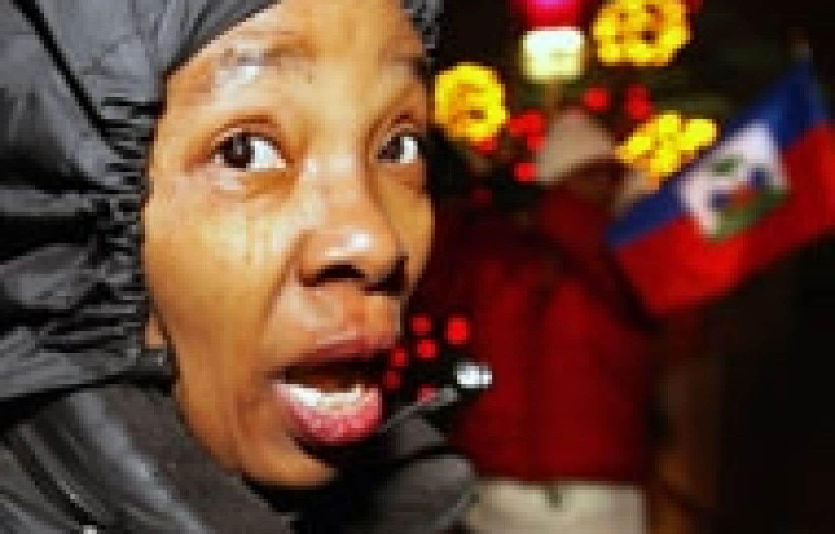 Une centaine d'Haïtiens ont manifesté contre la tenue à Montréal de la Conférence internationale avec la diaspora, à laquelle participera notamment le premier ministre Gérard Latortue.